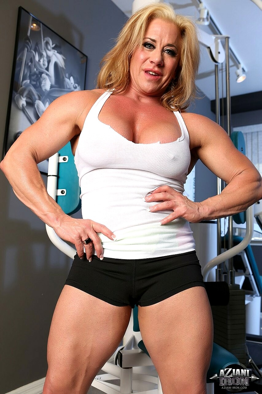 Female bodybuilder wanda moore flexes her muscles before exposing her big clit