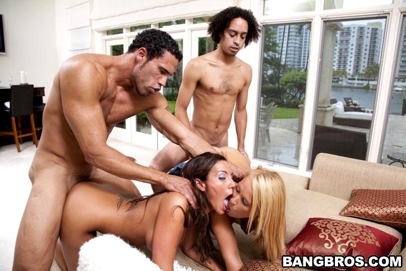 Смотреть жесткий групповой секс в одну дырку три члена одновременно