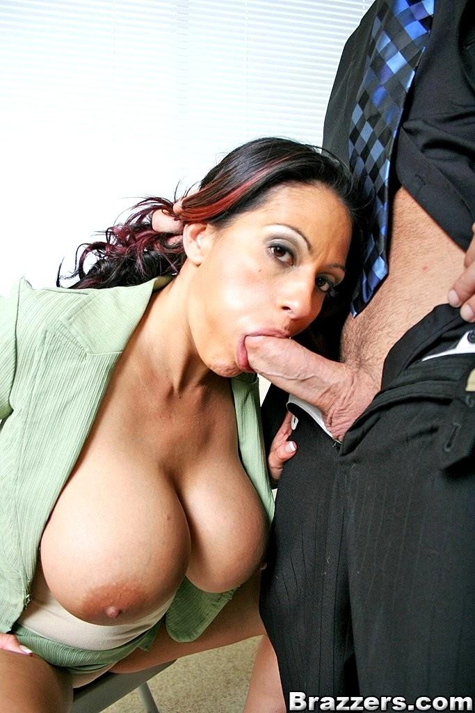 Красотку секретаршу трахают в рот