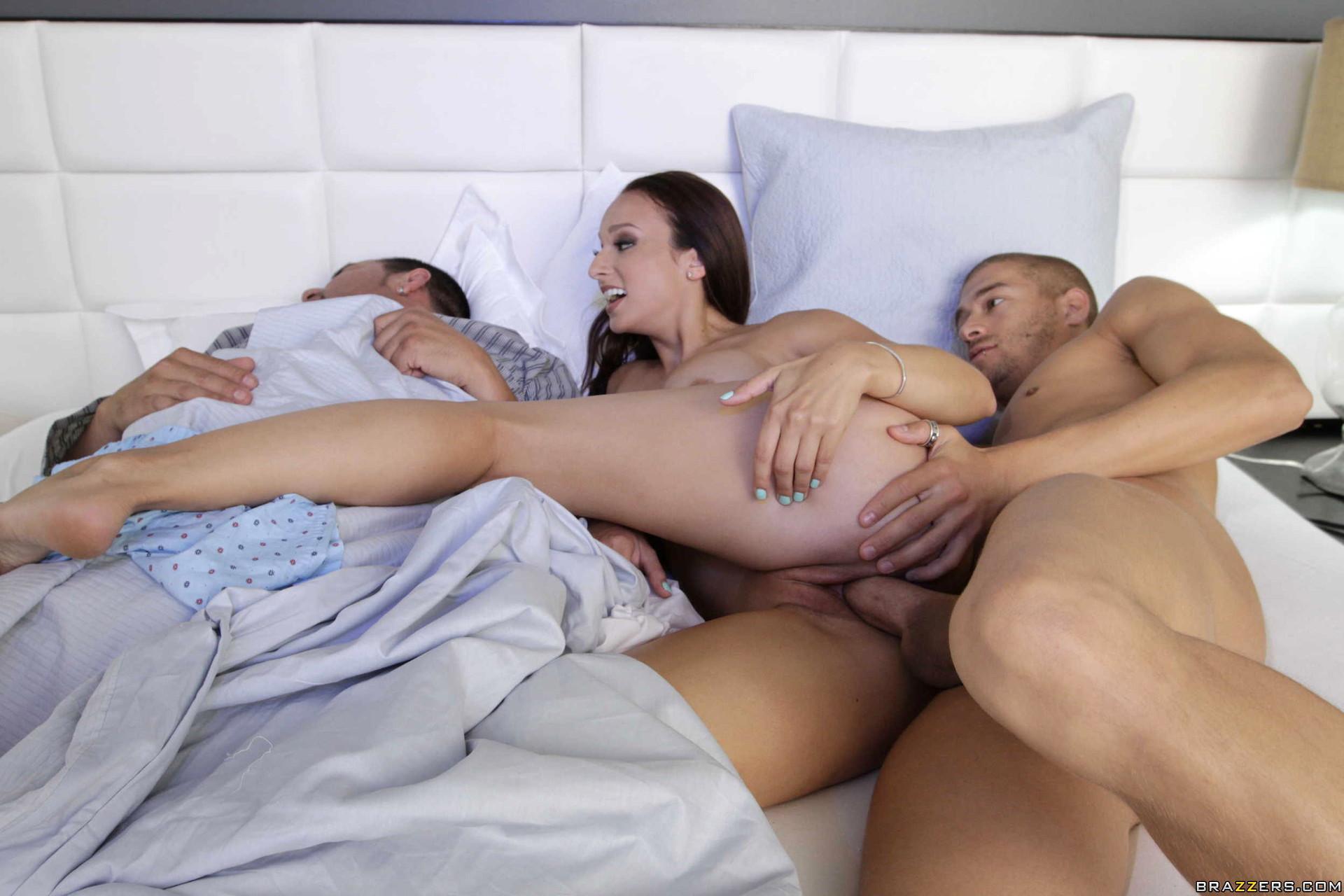 Порно жены дрочат муж спит рядом