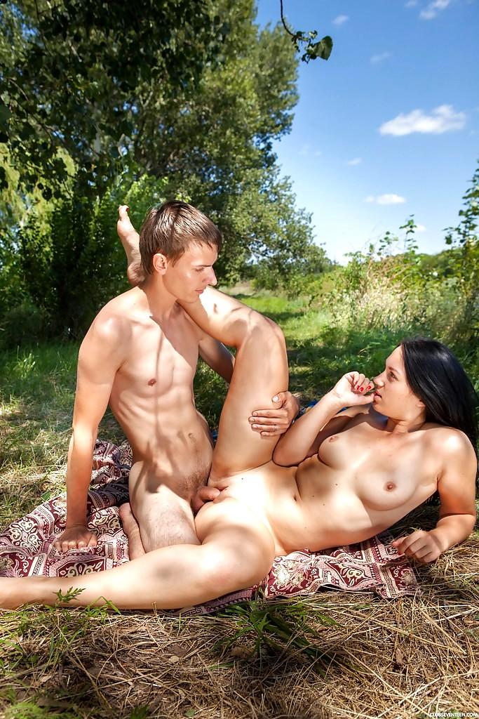 foto-oni-v-lesu-na-piknike-seks