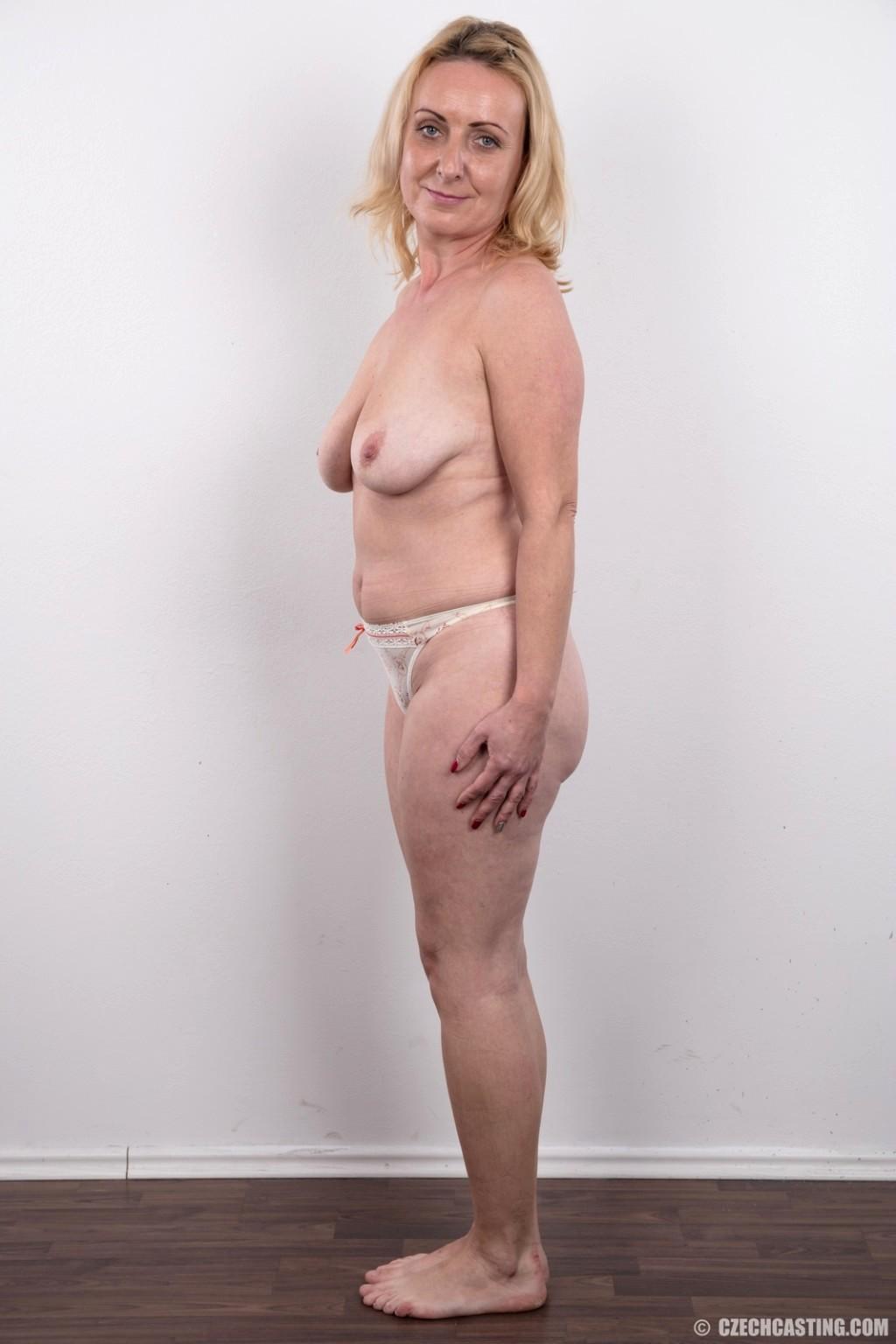 tugging desnuda