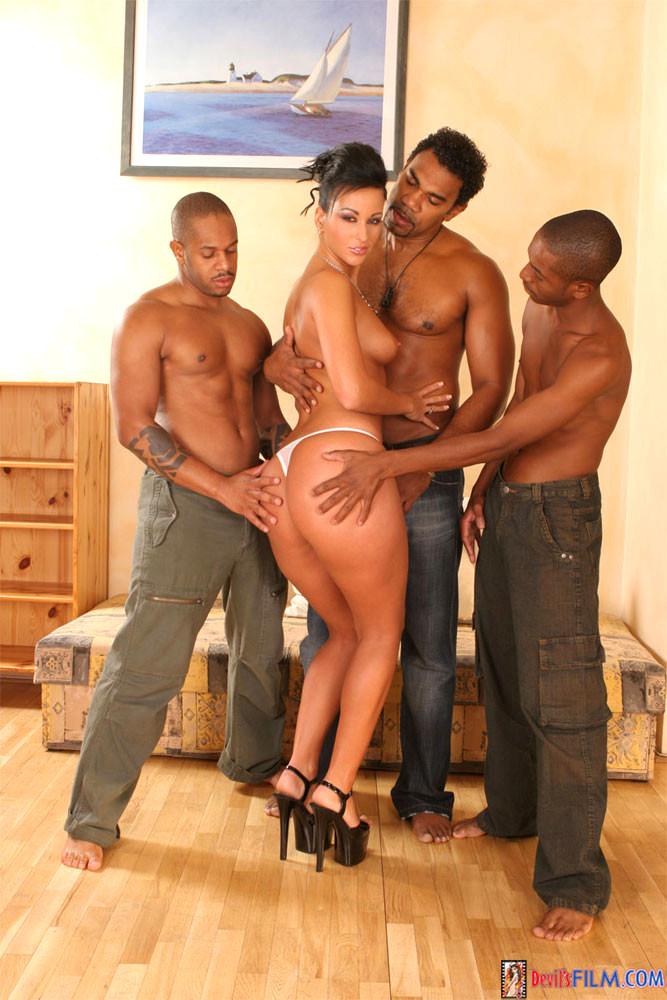 Брюнетку окружили три молодых парня порно, зрелая баба и член