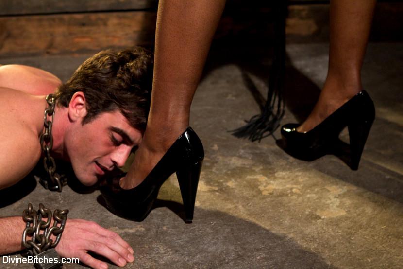 Раб любит лизать каблуки, порно ххх жесткий секс