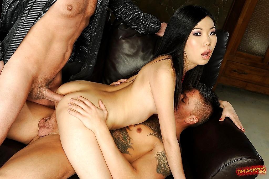 Порно азиат двойное проникновение, девушка дала в кисоньку порно