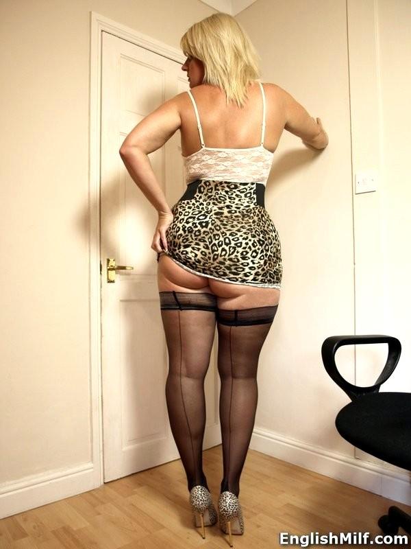 milf-in-very-short-skirt
