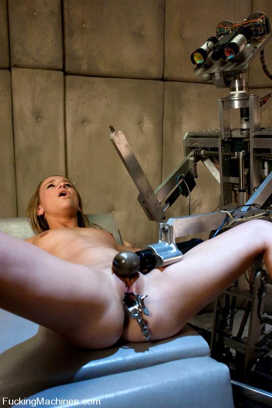 подглядывает порно с робот машинами пилотки