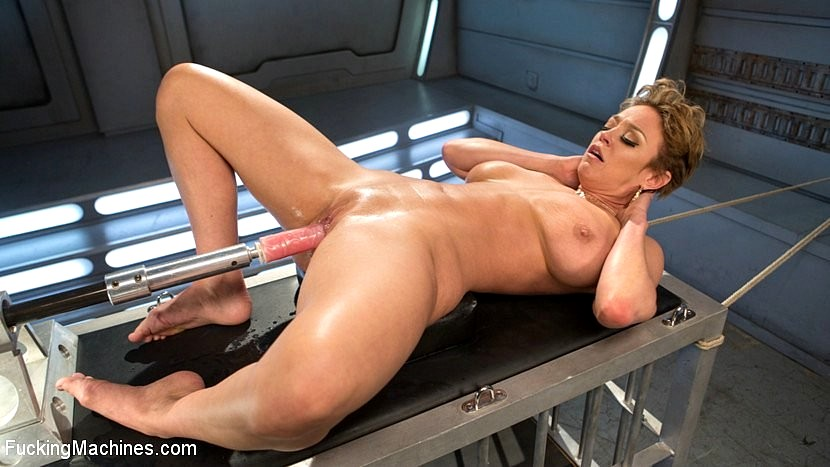 зрелая залезла на секс машину