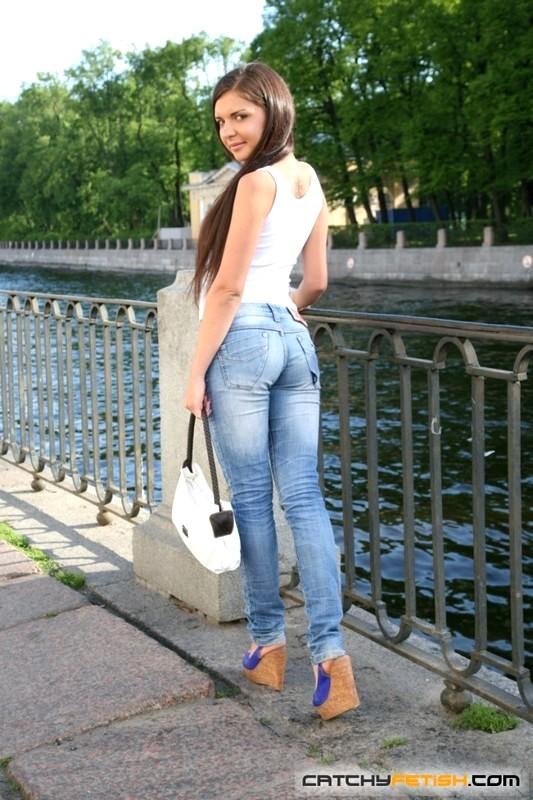 Девушка дала в попку незнакомцу онлайн смотреть юбке