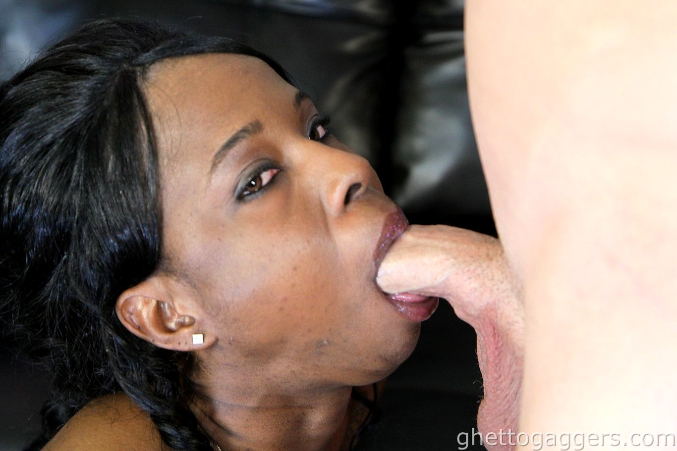 Short haired black amateur ghetto whore gagging on dick