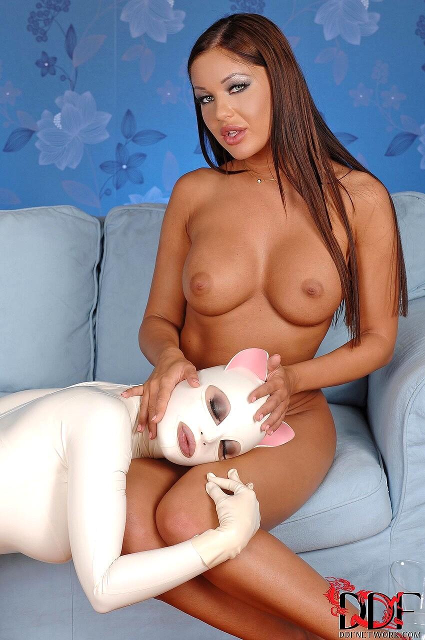 Latex Lucy и Angelica Heart решили немного поиграть - порно фото