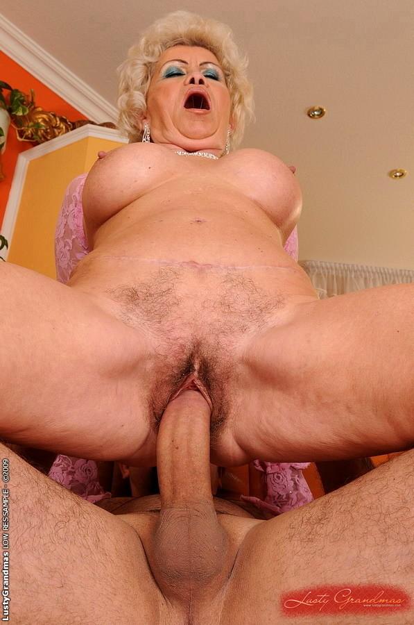 секс с пожилыми женщин фото крупно диване раком встала