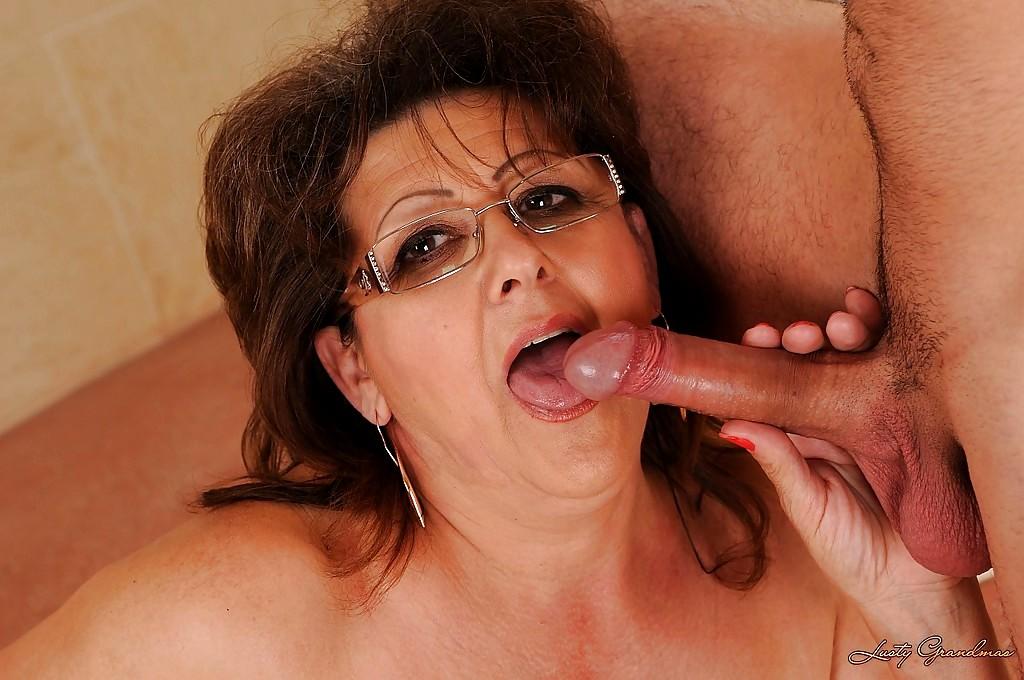 пожилая женщина в очках делает минет