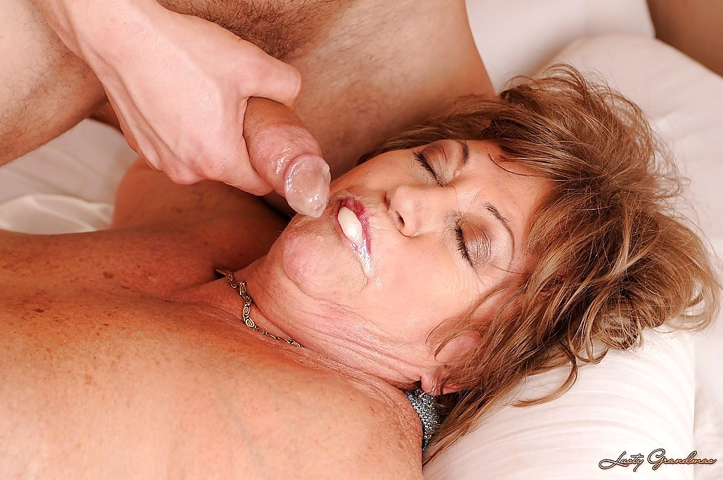 старая тетка глотает сперму - 8