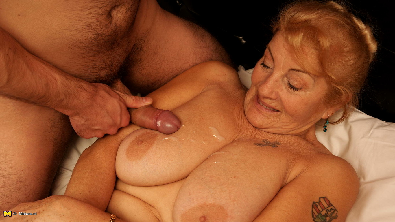 Horny mature housewife enjoys groupsex with the neighborhood young men xfaphd