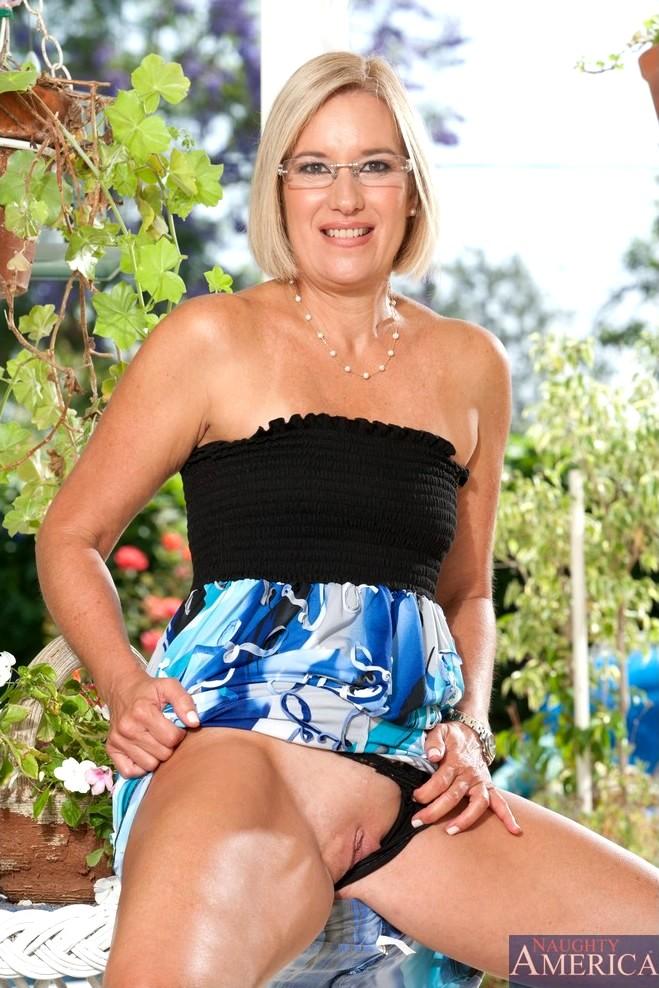 naughty america blonde schwarzes kleid