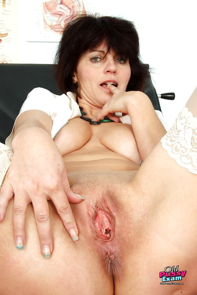 Mature head 90 on the bed working her tongue 6