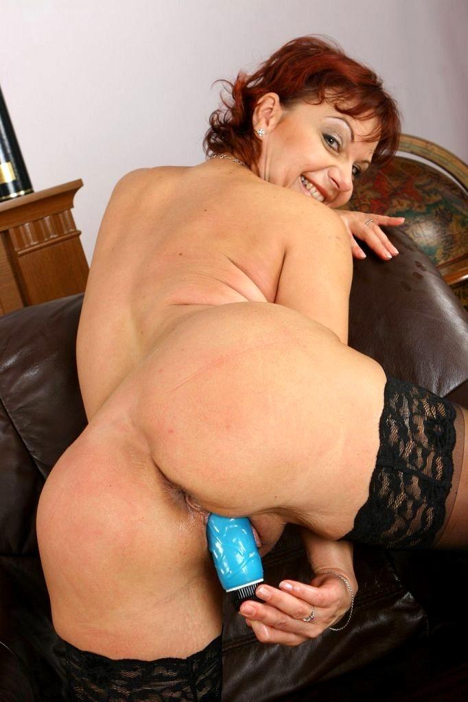 Bootylicious mom rides a dildo