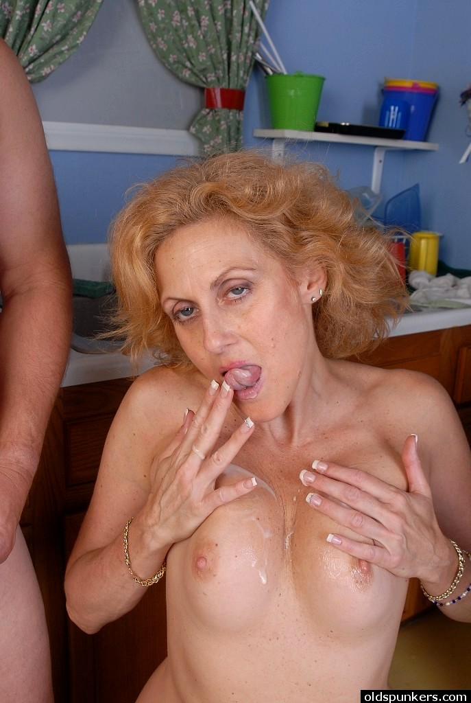 There's smoking hot older babe from old spunkers