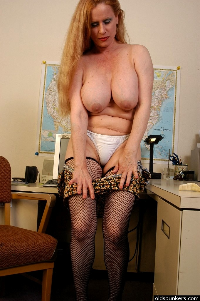 Female secretary was ass but also to the boss oral sex