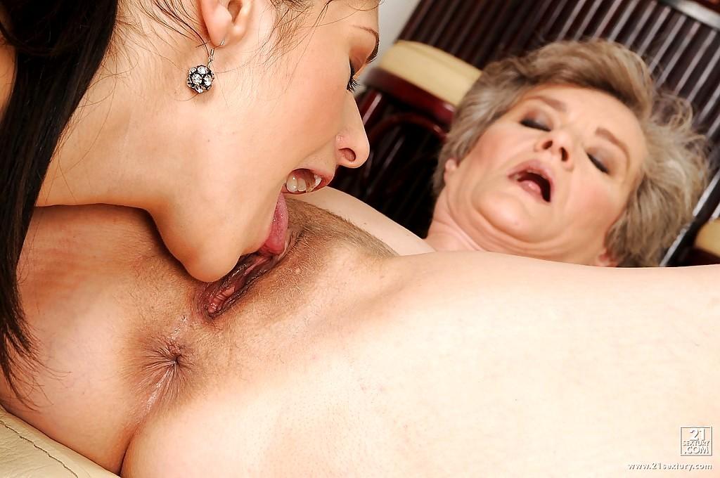 Mature lesbian clit sucking