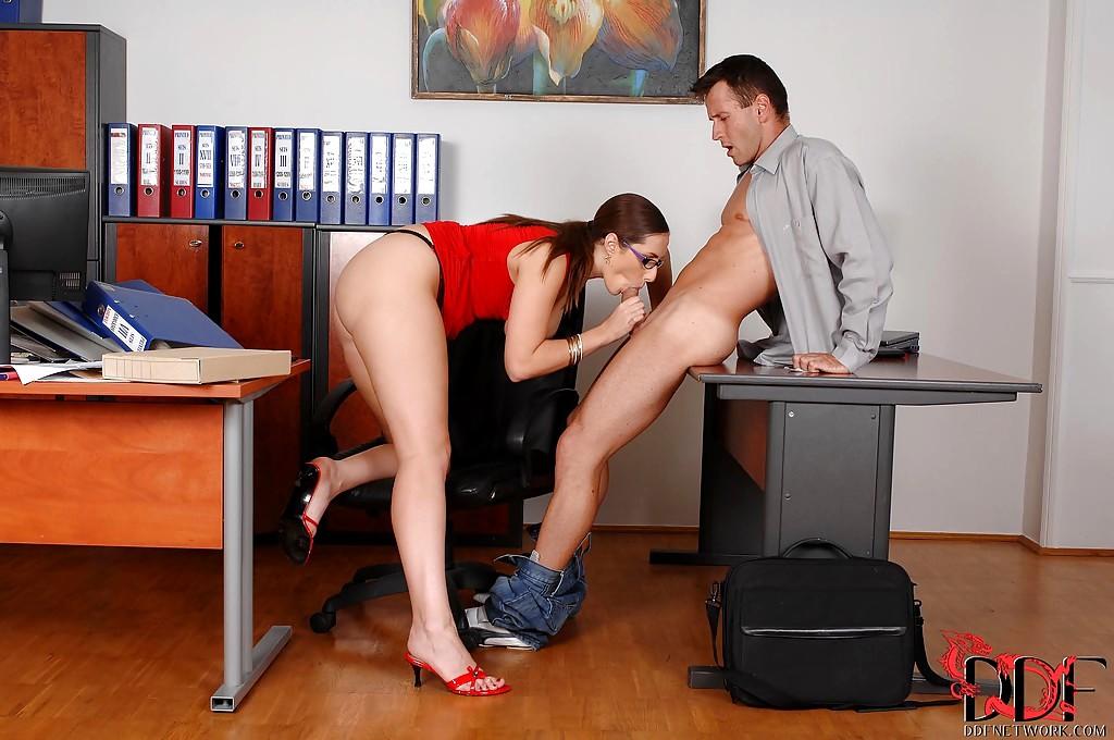 oralniy-seks-pod-stolom-porno-roliki