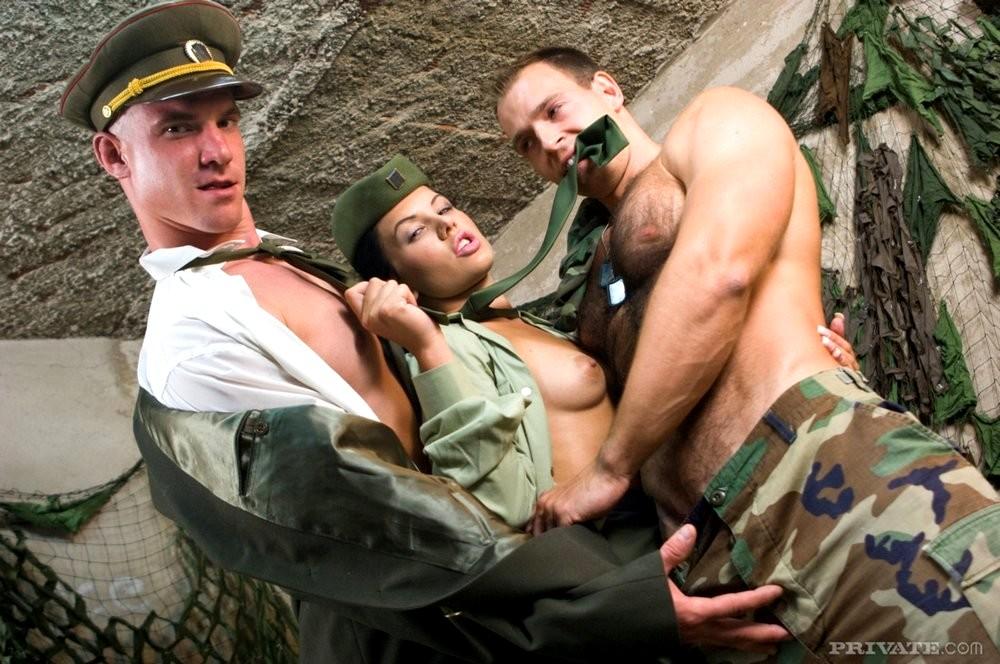 с секс красоткой фото армейской