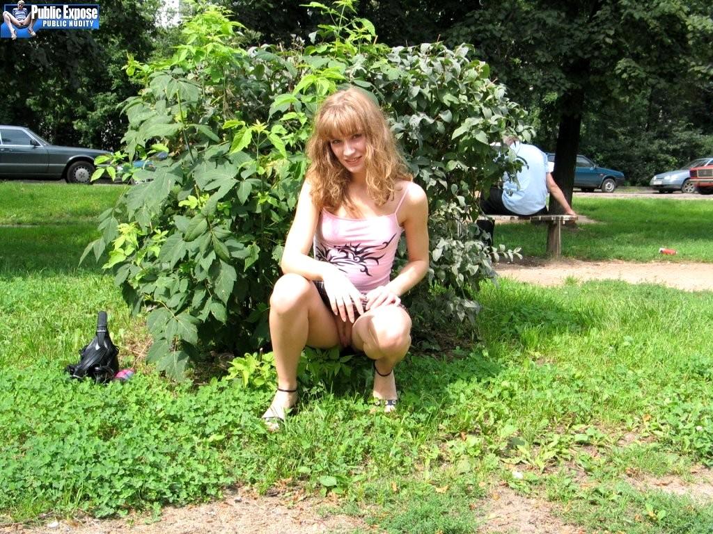 негритянка присела в саду
