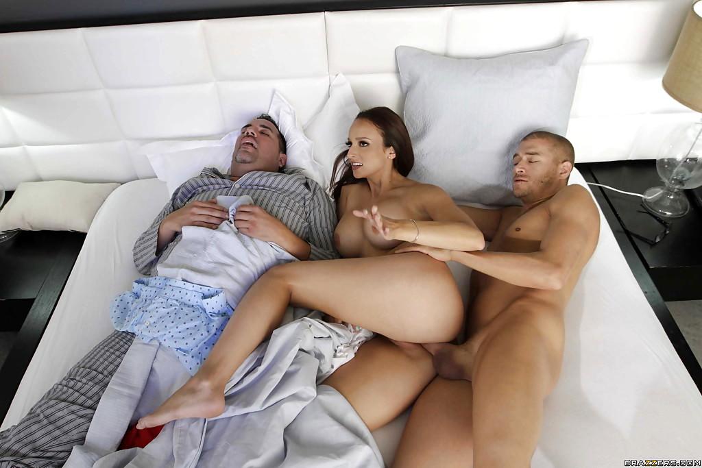 друг трахнул подругу друга пока тот спит среди актеров-любителей