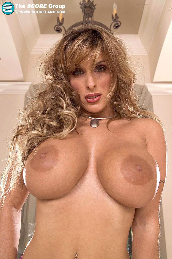 Holly Halston una milf cougar tettona su PornoTotale