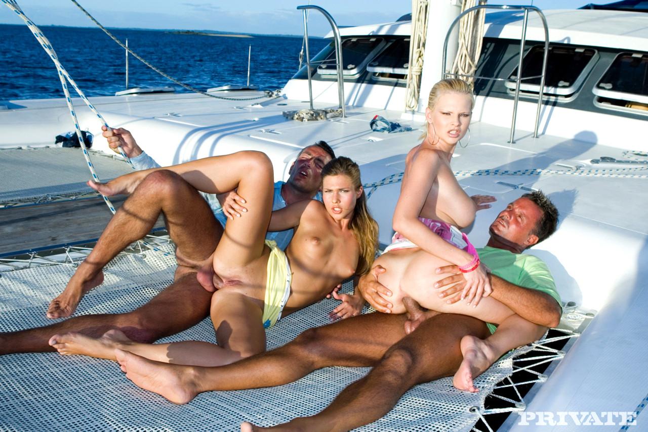 групповушка с негром на яхте все остальные радостью