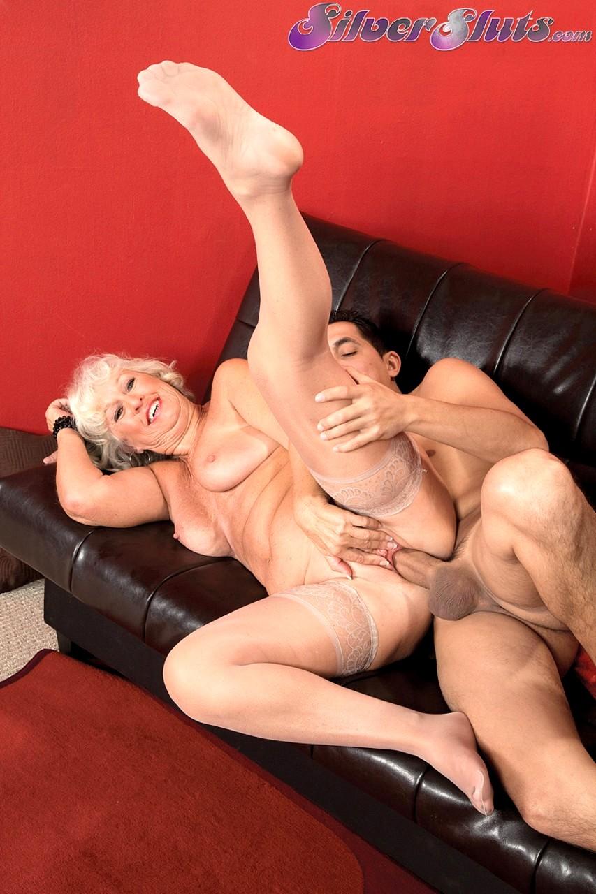 pohotlivaya-starushka-soblaznyaet-sekretornaya-video-seks