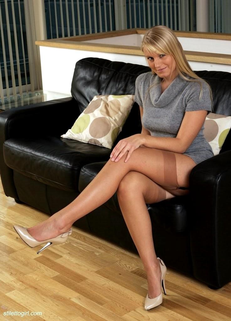 Sandra in stocking suck her nylon feet 3