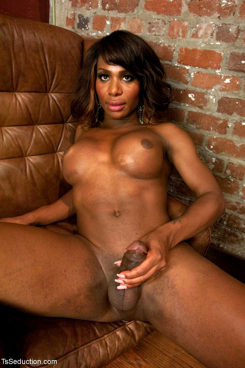 Ebony cam model with nice ass fucks dildo