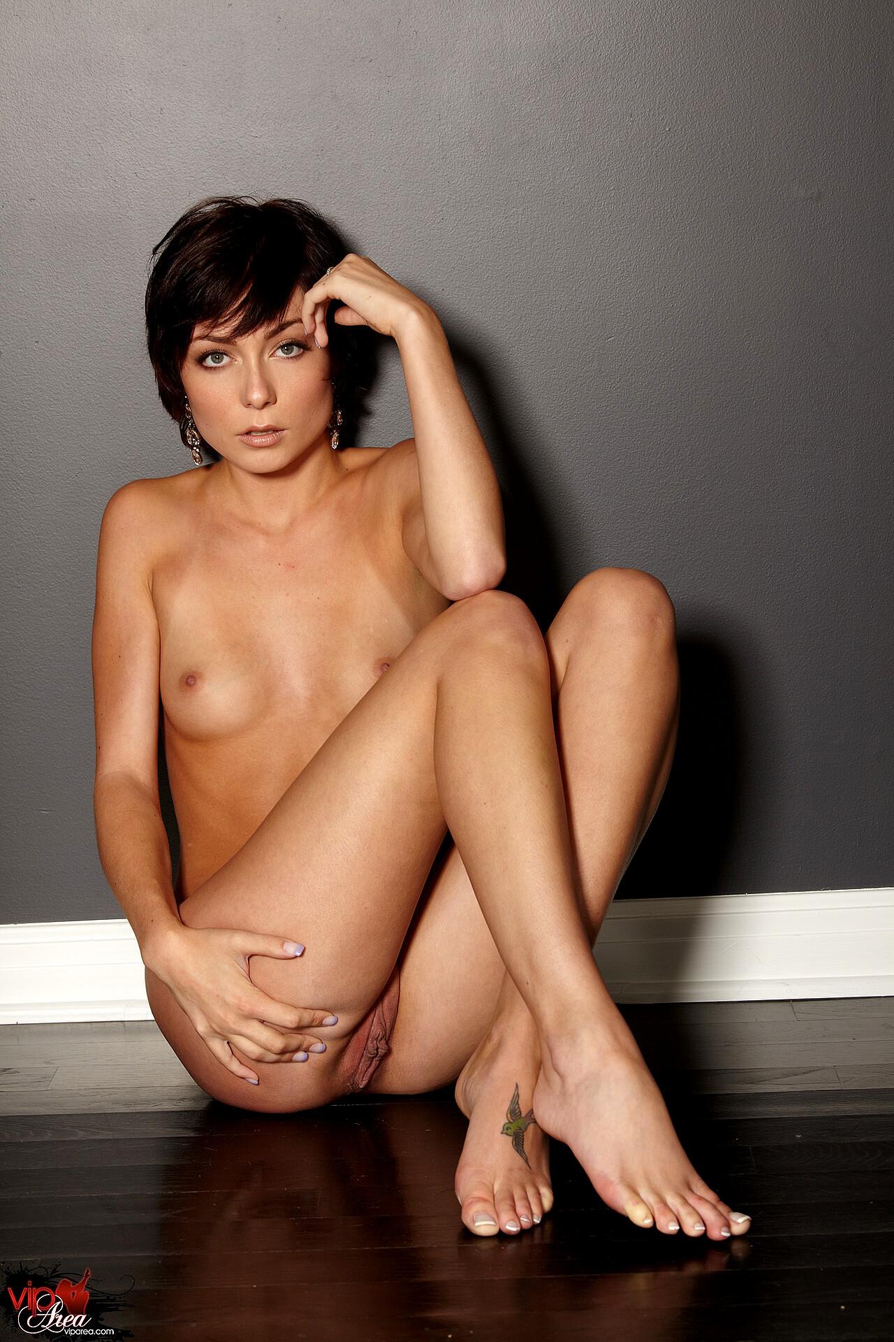 free hot skinni nude zoe