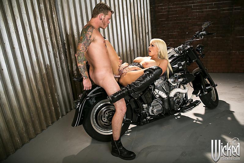 Fucking biker bitch, girls sex lake ass