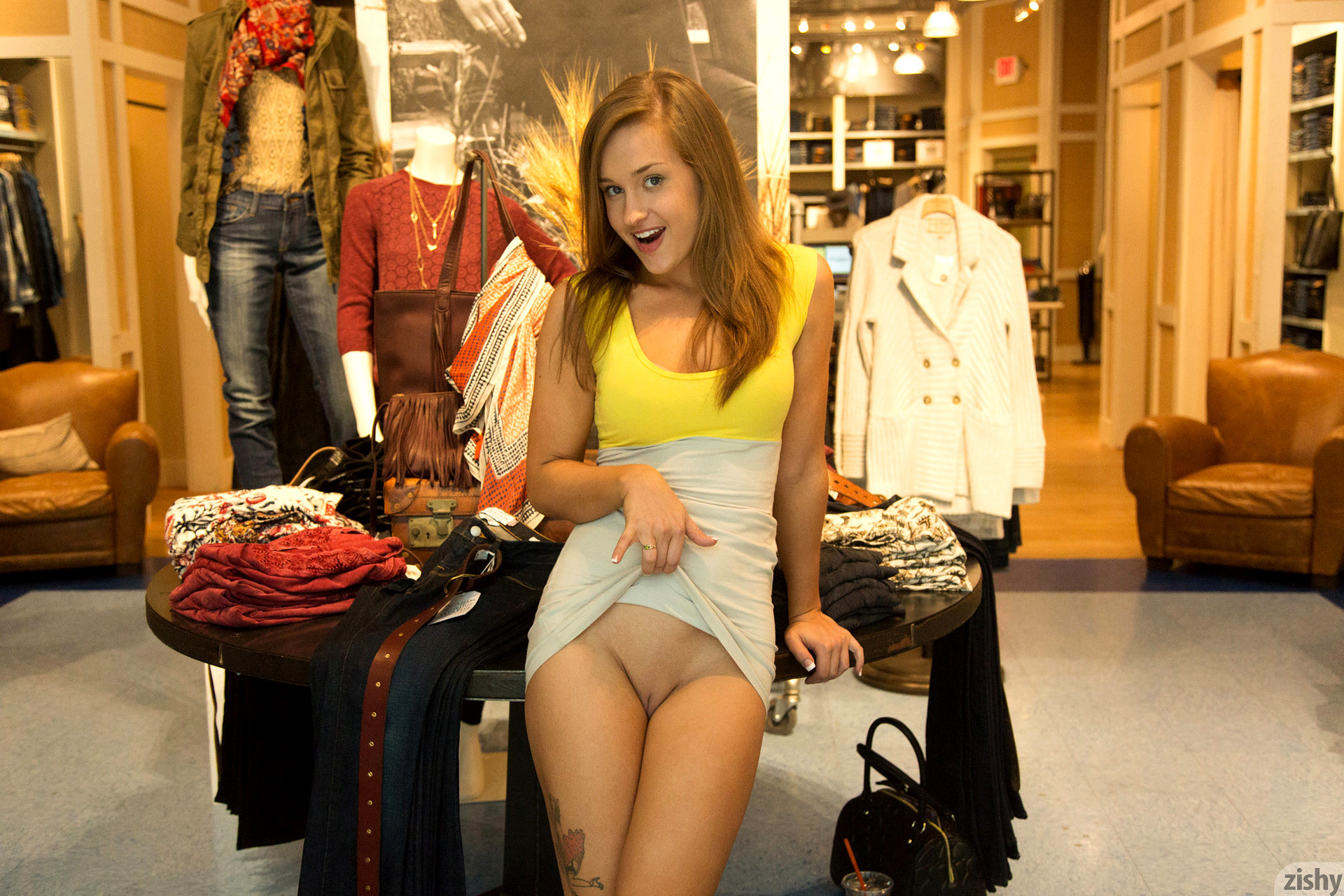 Upskirt centro comercial - 1 part 10