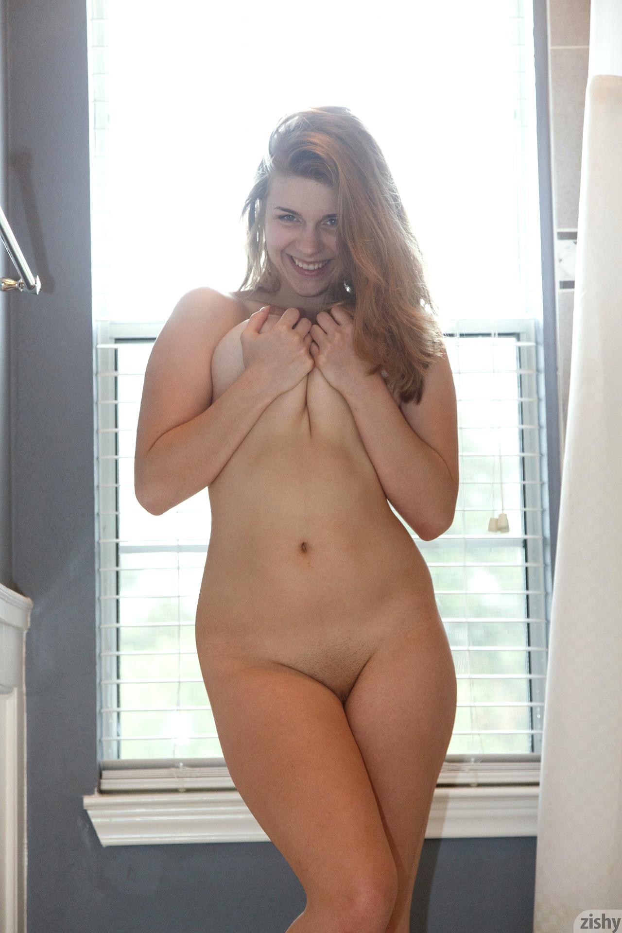 Nude met art spreading labia