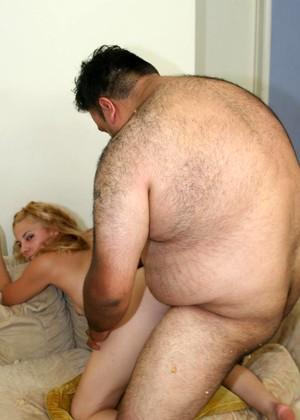 Толстый мужик имеет красивую